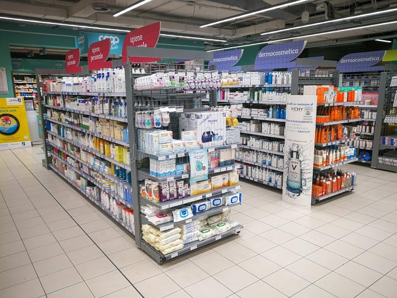El departamento farmacéutico deja de lado dentro de un centro comercial en Roma en Italia imágenes de archivo libres de regalías