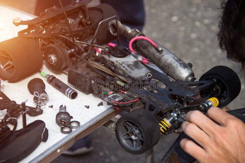 El deporte del automóvil, el participante prepara su coche con un motor de combustión interna para competir con competencias, nit fotografía de archivo libre de regalías