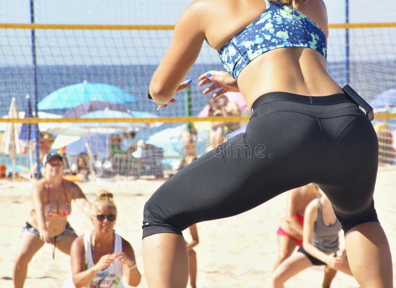El deporte en la playa es una gran diversi?n para la gente imagen de archivo libre de regalías