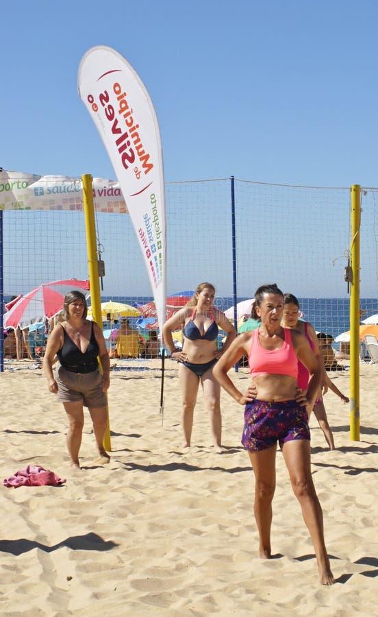 El deporte en la playa es una gran diversi?n para la gente fotografía de archivo
