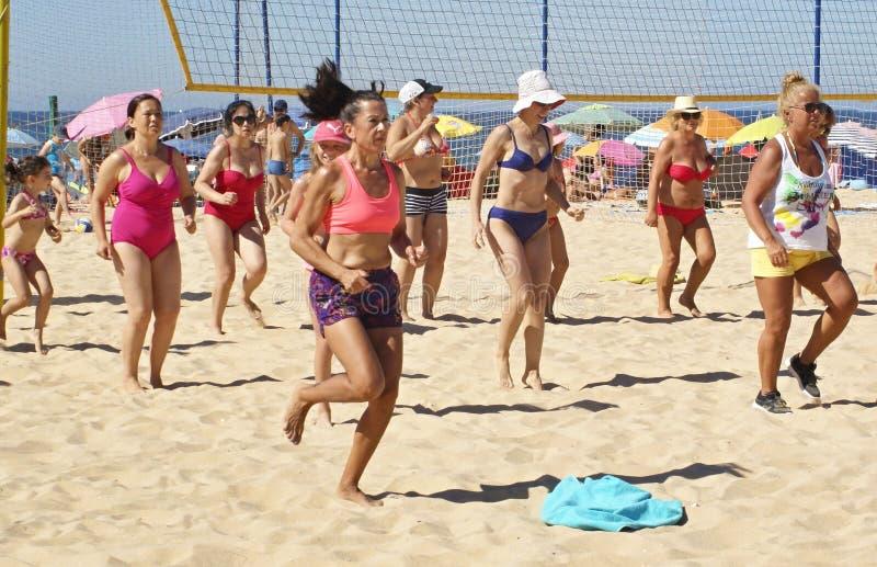 El deporte en la playa es una gran diversi?n para la gente foto de archivo libre de regalías