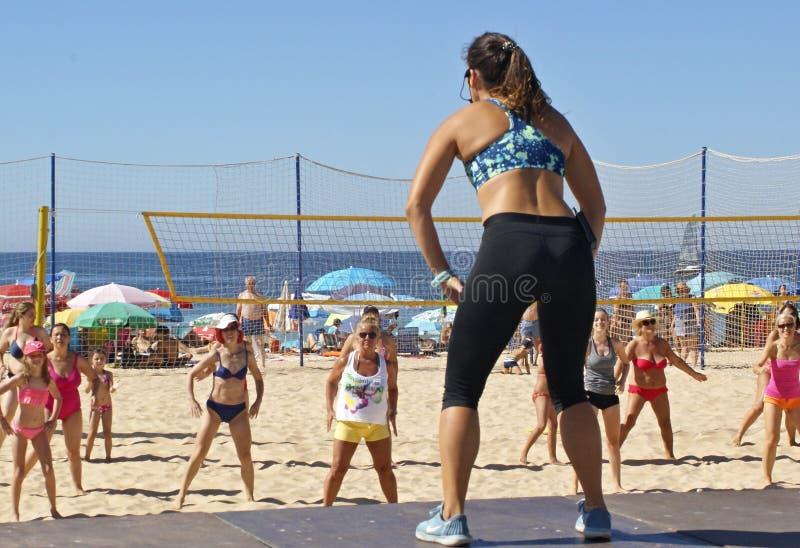 El deporte en la playa es una gran diversi?n para la gente imágenes de archivo libres de regalías