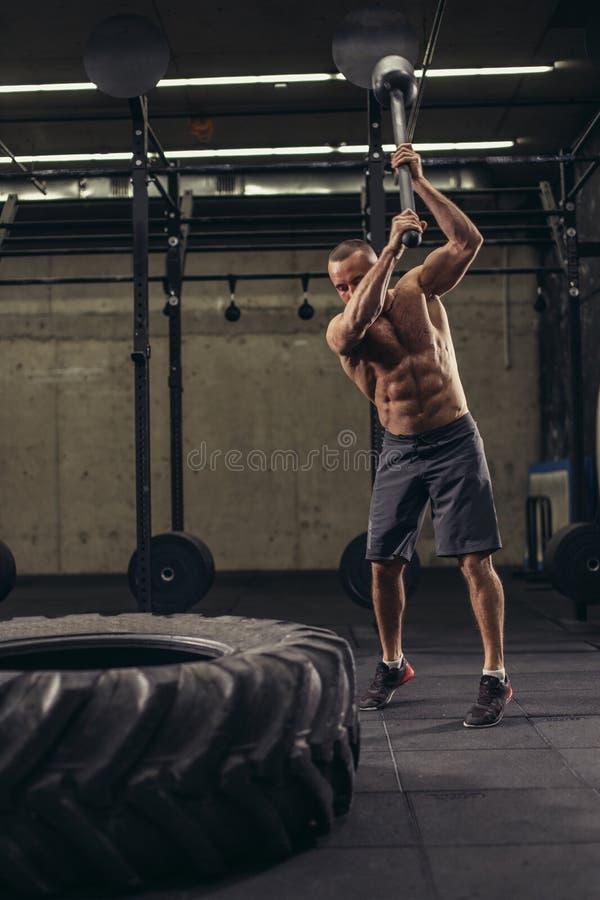 El deportista enojado está dejando del vapor en el gimnasio fotografía de archivo libre de regalías