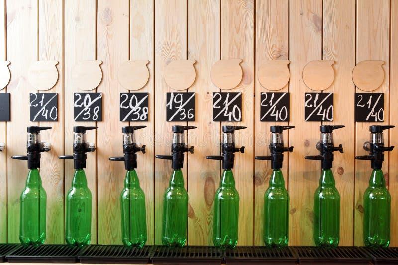 El derramamiento de la cerveza de la barra Contador de la cerveza Cerveza total en golpecito Vertí muchas botellas de cerveza imagenes de archivo