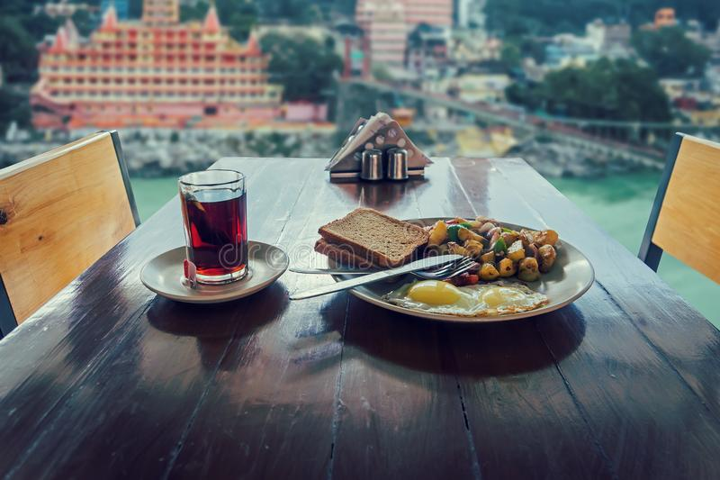 El desayuno al aire libre se sirve en el café foto de archivo