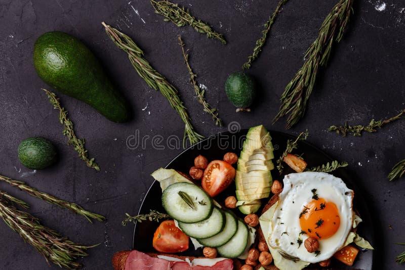 El desayuno caluroso de los hombres sanos en la tabla negra Dieta sana, buena nutrición fotografía de archivo libre de regalías