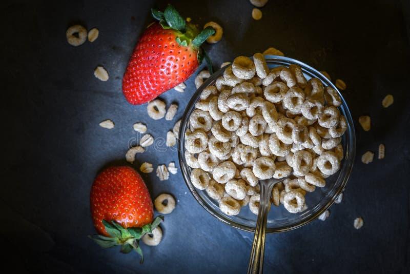 El desayuno compuso del cereal seco con las fresas rojas foto de archivo libre de regalías