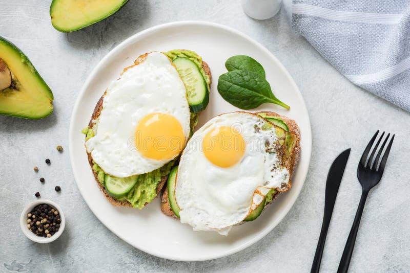 El desayuno del huevo y del aguacate tuesta en la placa blanca fotos de archivo libres de regalías