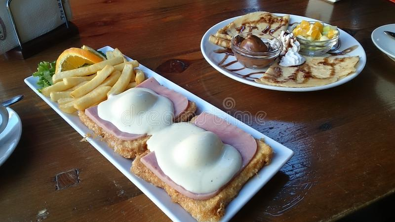 El desayuno eggs las crepes sanas de la buena mañana fotos de archivo