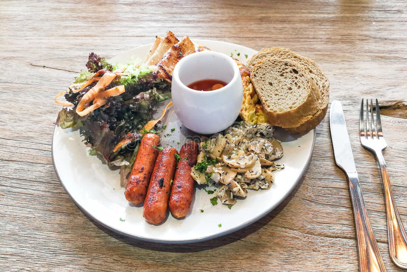 El desayuno grande de la salchicha, seta, coció las habas, harina de trigo entero de la ensalada foto de archivo