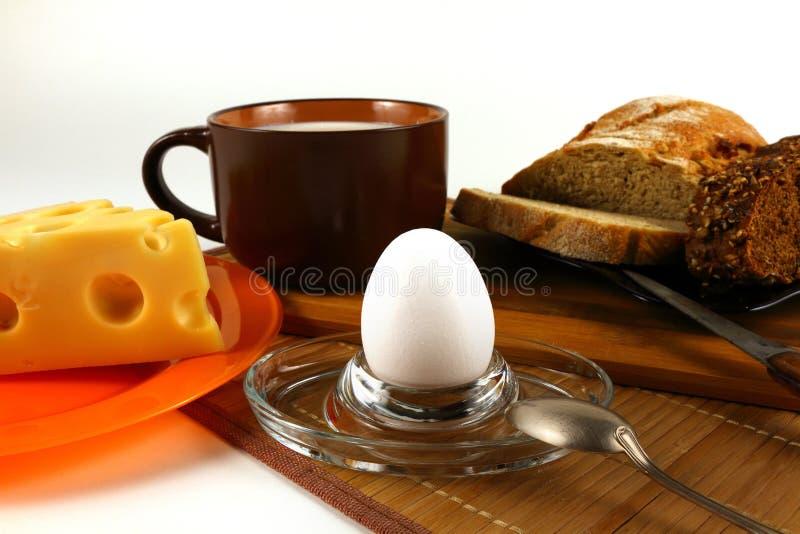El desayuno incluye el huevo, el queso, la leche y el pan imagenes de archivo