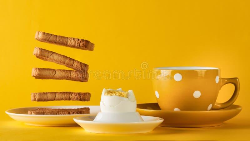 El desayuno sano con el vuelo tuesta, taza de leche fresca con ji imagenes de archivo