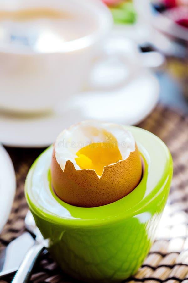 El desayuno sirvió con café, zumo de naranja, cruasanes, cereales y frutas Dieta equilibrada fotografía de archivo