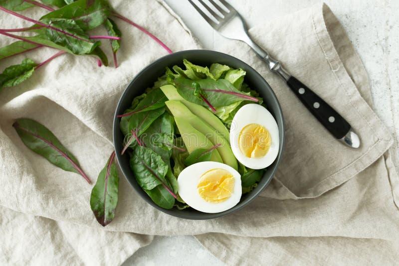 El desayuno vegetariano sano rueda con la ensalada, el aguacate y el huevo, visión superior Consumición limpia, concepto de la co imagen de archivo libre de regalías