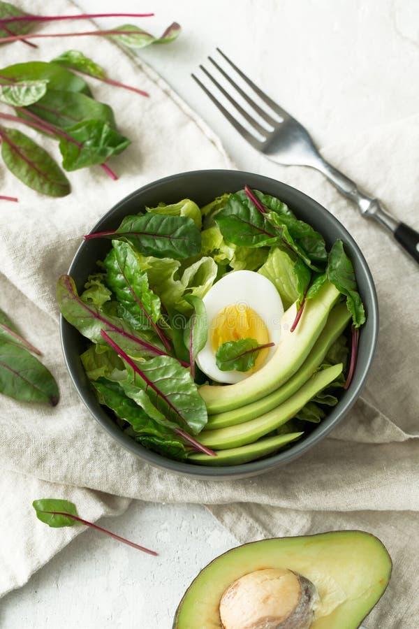 El desayuno vegetariano sano rueda con la ensalada, el aguacate y el huevo, visión superior Consumición limpia, concepto de la co imágenes de archivo libres de regalías