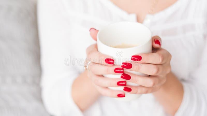 El descanso para tomar café relaja el latte de la taza del control de la mujer imagenes de archivo