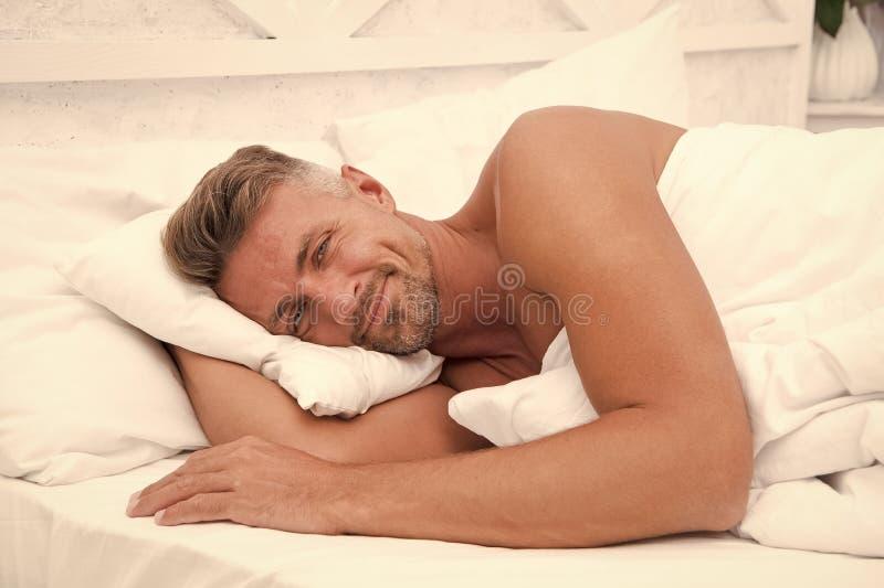 El descanso perfecto La belleza durmiente Hombre guapo en la cama Duerme lo suficiente cada noche Consejos para dormir mejor fotos de archivo