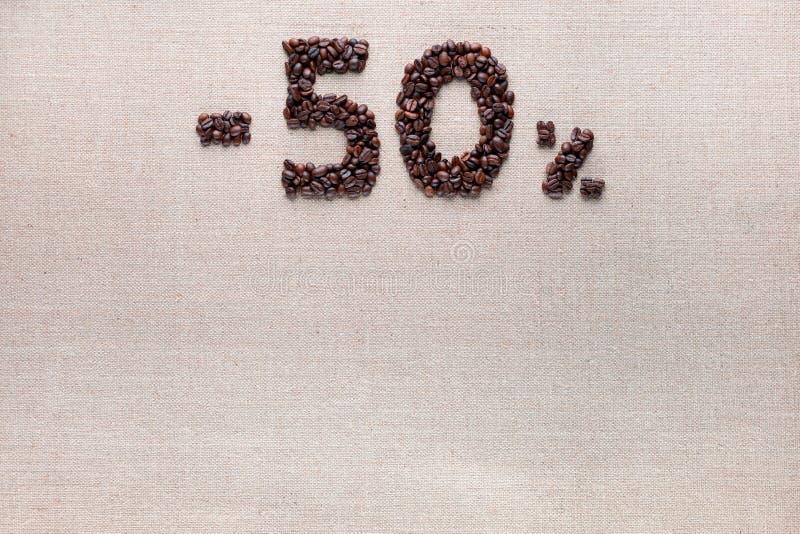 el descuento del 50% de los granos de café alineó el centro superior fotografía de archivo