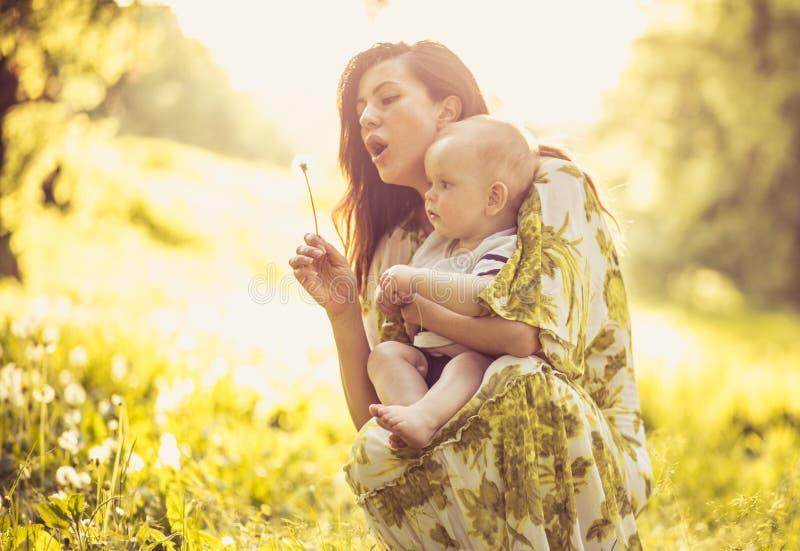 El deseo de la madre es a su niño siempre ser feliz foto de archivo libre de regalías