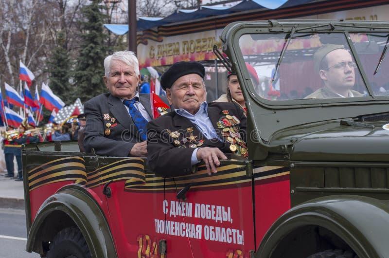 El desfile en Tyumen en honor de puede 9, 2018 veteranos foto de archivo