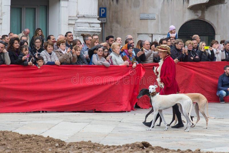 El desfile tradicional en las festividades de Caterina Cornaro está viniendo a la ciudad, festival medieval en Brescia, Lombardía foto de archivo libre de regalías