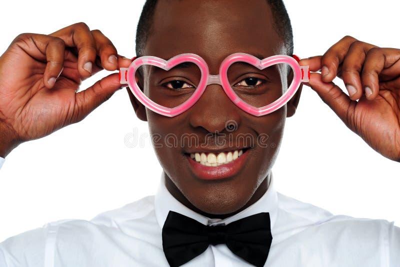 El desgastar sonriente del hombre en forma de corazón ojo-desgasta fotografía de archivo libre de regalías