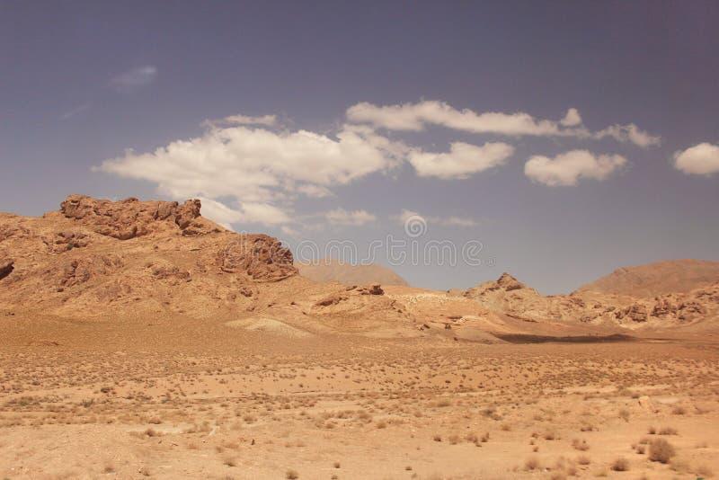 El desierto y las montañas de Kuhrud cerca de la ciudad de Yazd, Irán fotos de archivo
