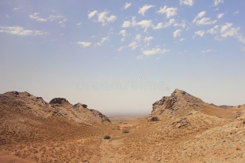 El desierto y las montañas de Kuhrud cerca de la ciudad de Yazd, Irán imagen de archivo