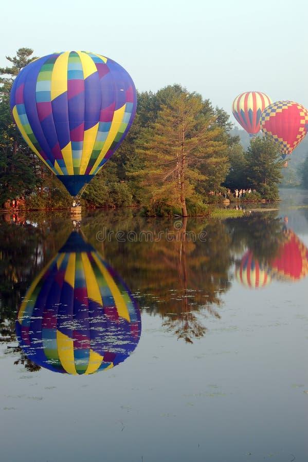 El desnatar de los globos del aire caliente foto de archivo
