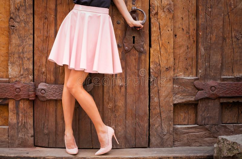 El desnudo que llevaba de la muchacha coloreó los zapatos de la falda y del tacón alto fotografía de archivo libre de regalías