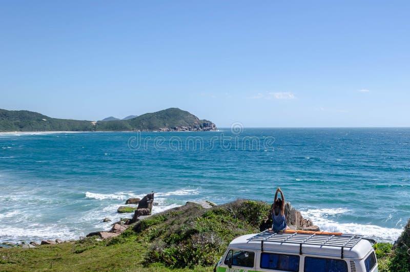 El despertar en la playa en el Brasil foto de archivo libre de regalías