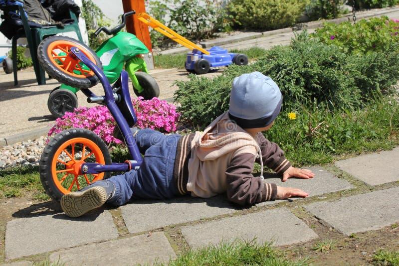El desplome de la bici del niño pequeño fotografía de archivo libre de regalías