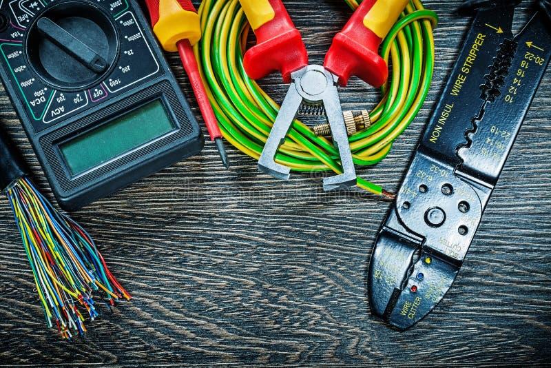 El destornillador eléctrico del probador de los alambres rodó el stripp del aislamiento del cable fotos de archivo