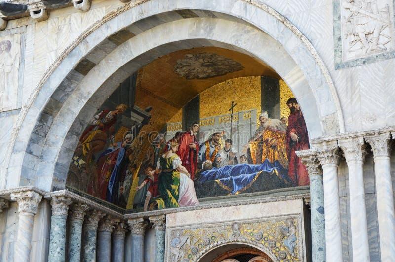 El detalle de la iglesia del ` s de St Mark, pintura religiosa católica con Jesucristo murió en el centro, Venecia imágenes de archivo libres de regalías