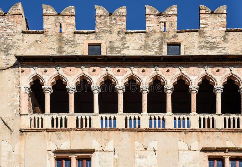 El detalle de la logia gótica veneciana del castillo majestuoso de Buonconsiglio en el corazón de la ciudad de Trento se eleva en imagen de archivo
