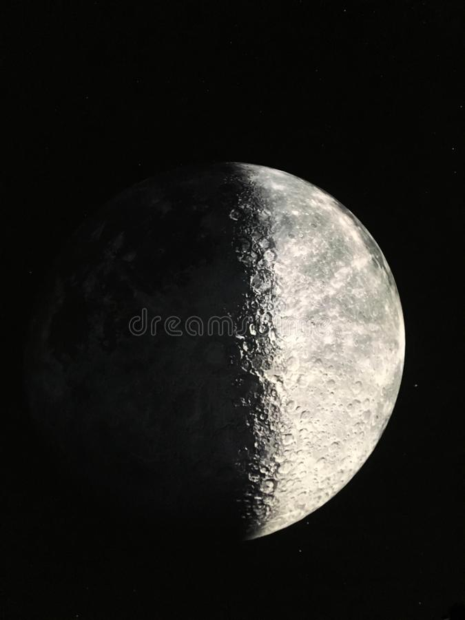 El detalle de la luna en el cielo nocturno foto de archivo