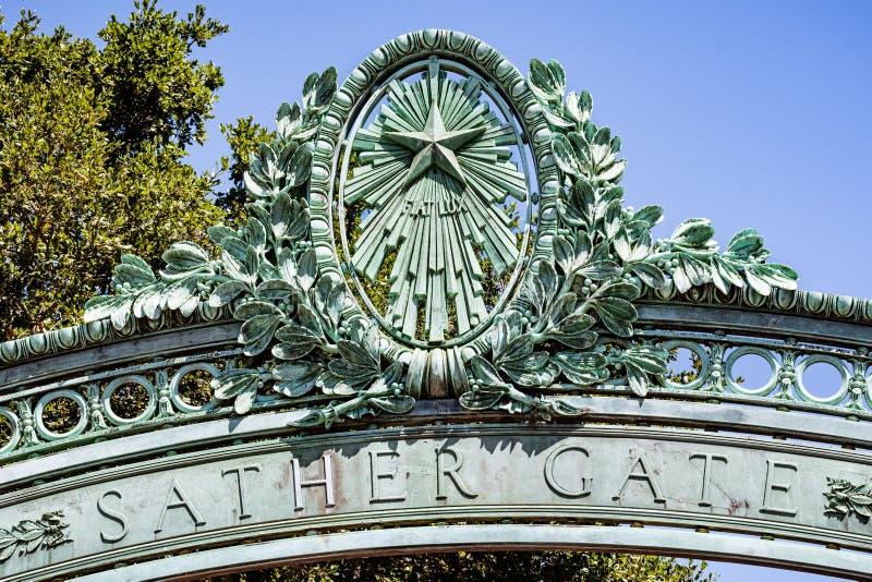 El detalle de la puerta histórica de Sather en el campus de la Universidad de California en Berkeley es una señal del prominenet  imagen de archivo