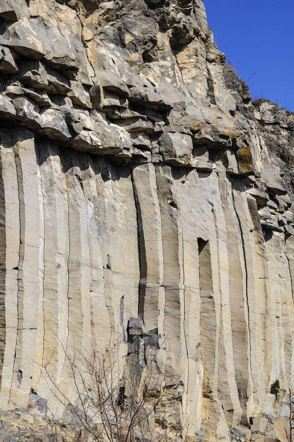 El detalle de las columnas del basalto de Racos foto de archivo