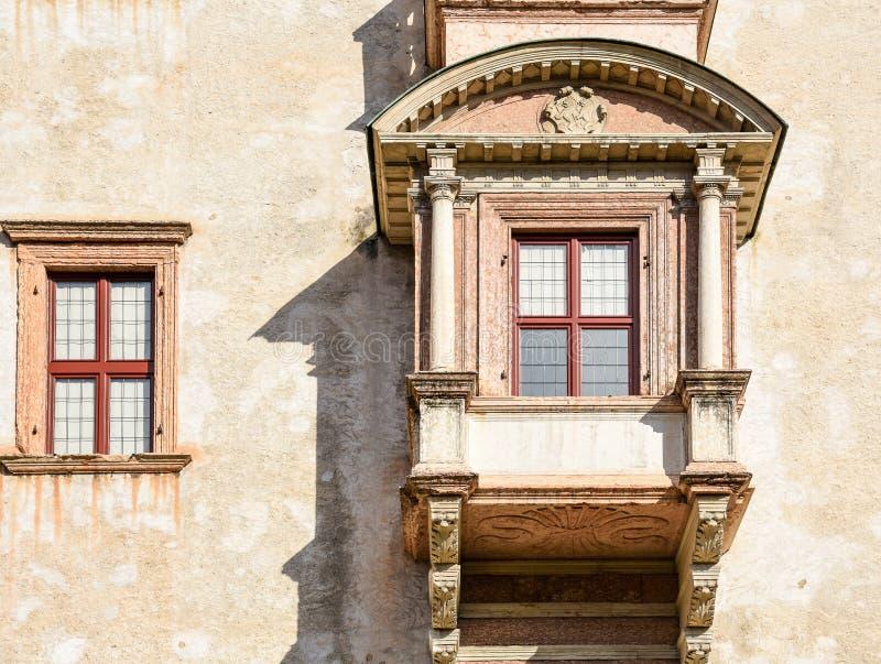 El detalle de las ventanas del castillo majestuoso de Buonconsiglio en el corazón de la ciudad de Trento se eleva en Trentino Alt imágenes de archivo libres de regalías