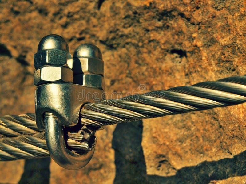 El detalle de los tornillos del cromo rompe los ganchos y los ojales en y de la cuerda Planche la cuerda torcida fijada junto por imágenes de archivo libres de regalías