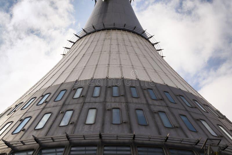 El detalle de los transmisores de la telecomunicación se eleva en Jested, Liberec, República Checa imagenes de archivo