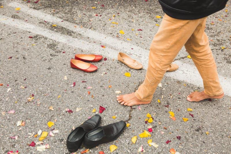 El detalle de pies y los zapatos durante el Vaisakhi desfilan imagen de archivo libre de regalías