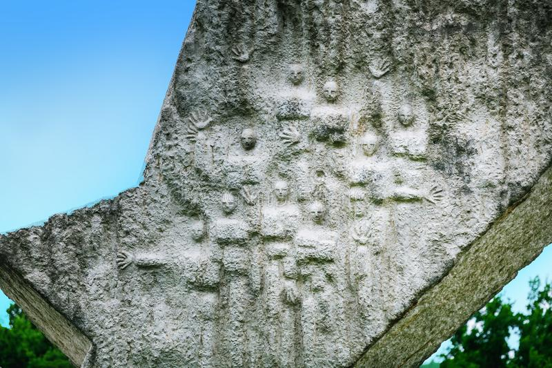 El detalle del ala quebrada interrumpió el monumento del vuelo en Sumarice Memorial Park cerca de Kragujevac en Serbia foto de archivo libre de regalías
