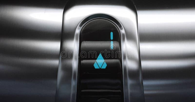 El detalle del azul llevó con el número uno de elevador que va para arriba a partir de la primera a la segunda planta, al negocio fotografía de archivo libre de regalías
