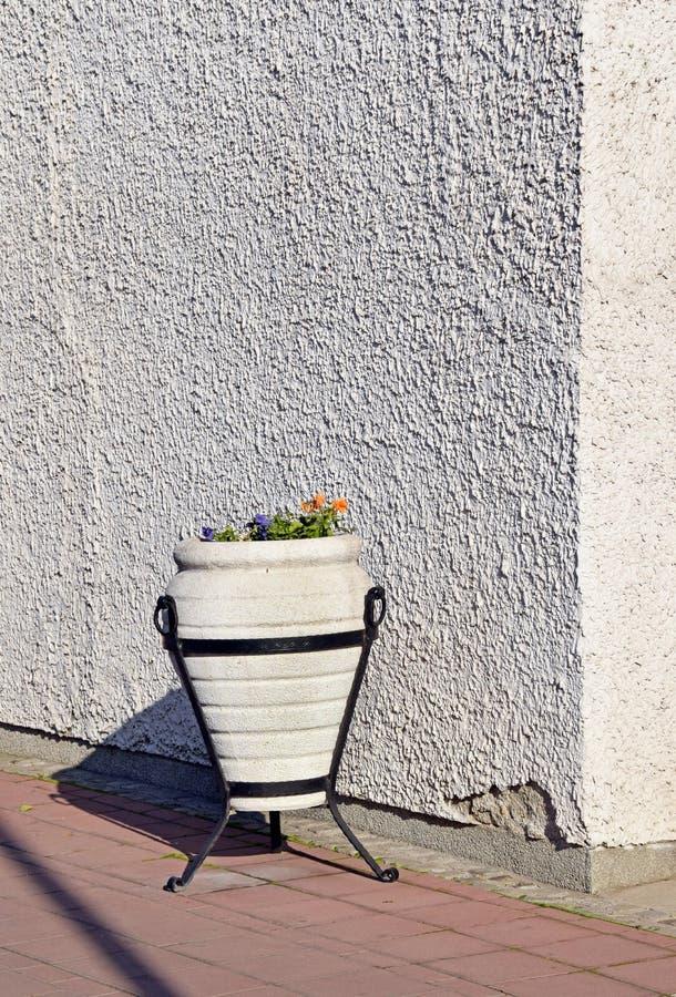 El detalle del edificio con el pote de flores imagenes de archivo