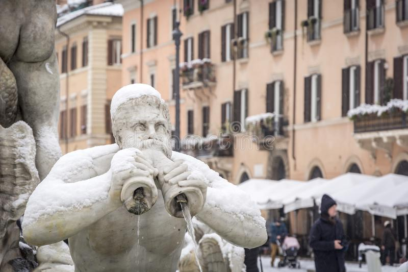El detalle del Fontana del Moro en la plaza Navona en Roma cubrió con nieve después de las nevadas inusuales del 26 de febrero de foto de archivo libre de regalías