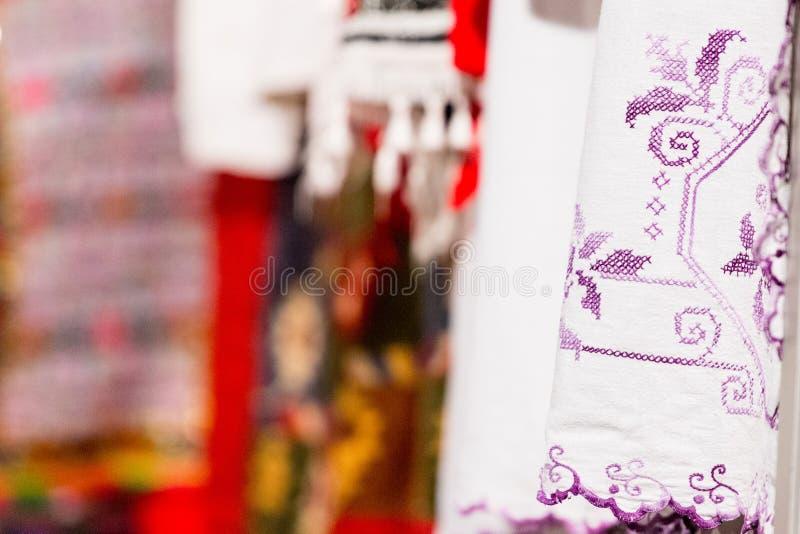 El detalle del traje folclórico tradicional de bailarines rumanos realiza una danza popular Folclore de Rumania imagen de archivo libre de regalías