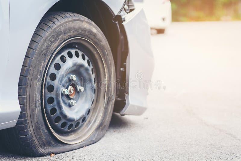El deterioro del neumático es la causa del accidente imagenes de archivo