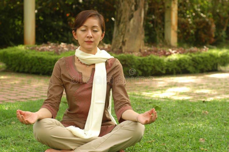 El devoto chino Meditate imagen de archivo libre de regalías