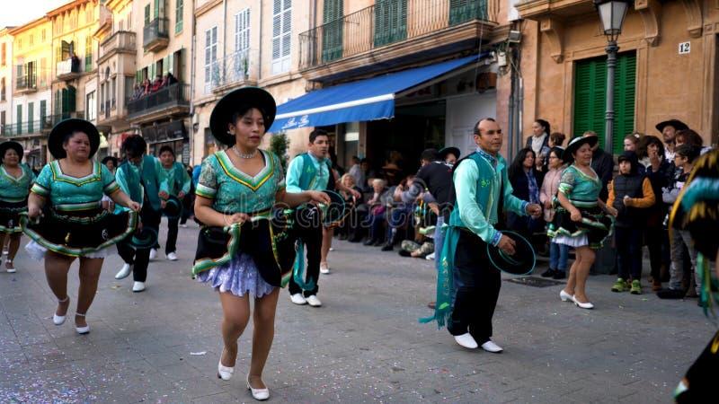 EL Diâmetro de los Muertos, México, pessoa nos trajes nacionais que dançam na rua da cidade durante o carnaval Arte naturalizado fotografia de stock